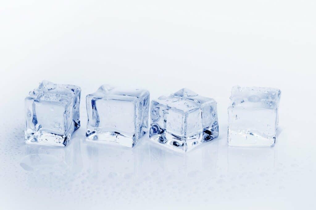 Kühlschrank regelmäßig abtauen spart Strom